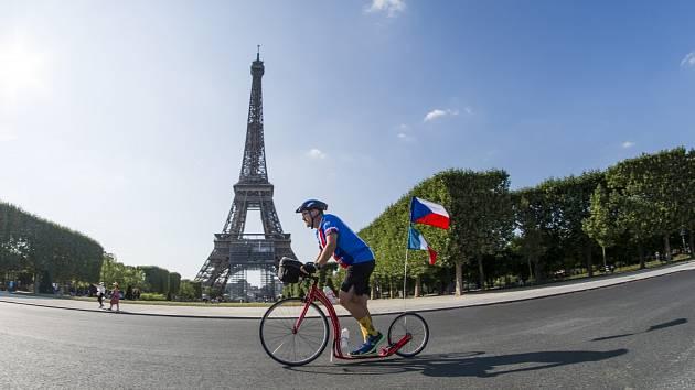 Více než 1600 kilometrů v patnácti etapách chce od pátku 23. července do 8. srpna ujet na sportovní koloběžce Ústečan Miroslav Oros. Trasa by měla vést z Paříže do Bruselu, dále přes Lucemburk a prakticky celé Německo do Drážďan a odtud do Prahy.