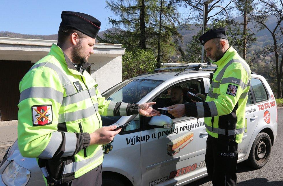 Dopravně bezpečnostní akce probíhala ve středu 17. dubna v Ústí nad Labem - Vaňově. Dopravní policisté rozdávali střízlivým řidičům nealko pivo.