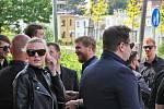 Poklonit se svému kamarádovi přišel i český reprezentant Jakub Voráček (uprostřed)