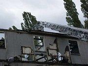 Hasiči vyjeli k požáru střechy v areálu Setuzy.