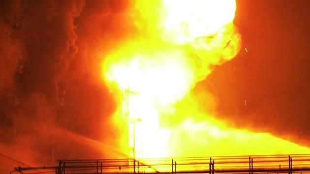 Obrovský požár výroby pryskyřice v ústecké Spolchemii v listopadu roku 2002.