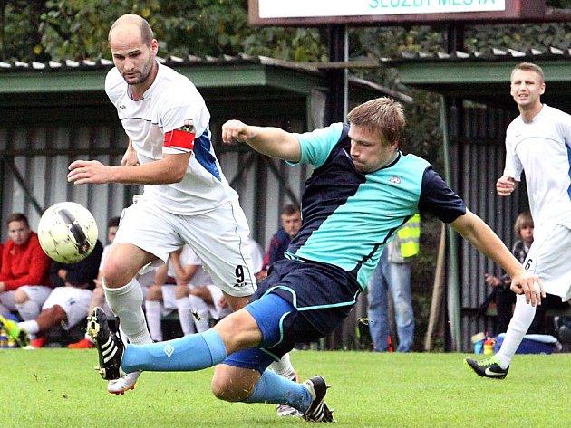 Fotbalisté Neštěmic (bílí) doma prohráli s Kadaní 0:4.