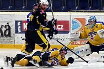 Ústečtí hokejisté (žluto-modří) doma prohráli s Kadaní 5:6 po prodloužení.