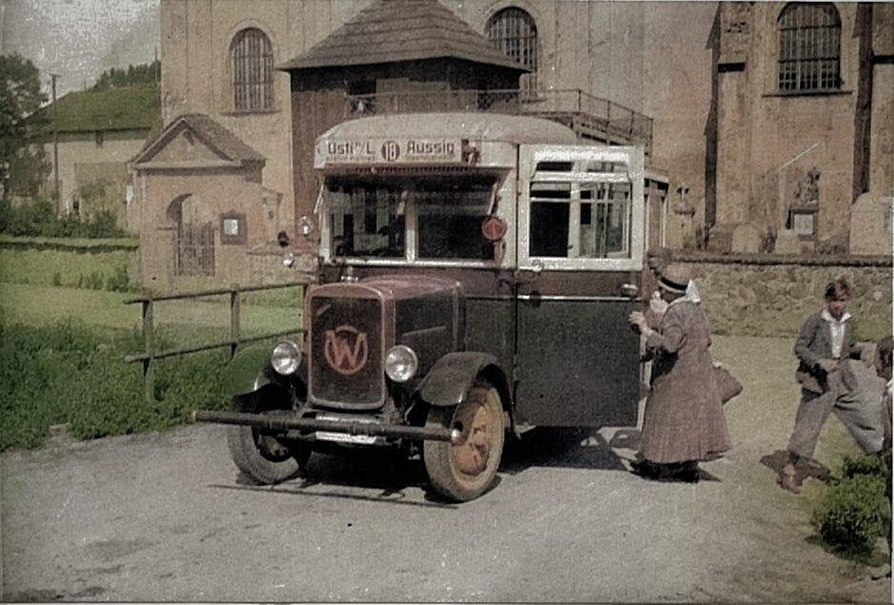 Historická autobusová linka spojující Lipovou (Spansdorf) s Ústím (Aussig) v polovině třicátých let 20. století. Autobus stojí před lipovským Kostelem sv. Martina. V pozadí je ještě vidět později zrušený hřbitov.