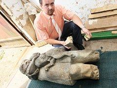 Léto 2009 a tehdejší starosta Severní Terasy Leo Dittrich nad zničenou sochou holčičky s jezevčíkem.