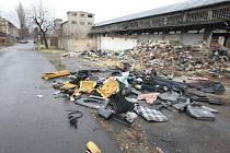 Ve Sklářské ulici jsou nyní hromady odpadků, přitom v listopadu byla tato část Ústí úplně čistá. F