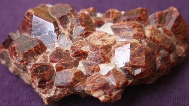 Granáty jsou skupinou složitých křemičitanů. Krystalují v krychlové soustavě, charakteristickým je pro ně kosočtverečný dvanáctistěn, laicky nazývaný granátotvar.