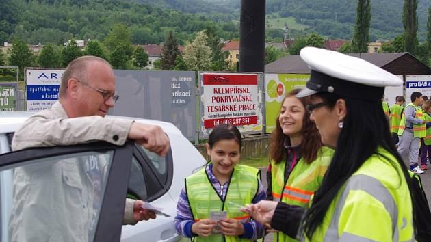 Školáci přihlíželi policejní kontrole, děkovali slušným řidičům a kárali ty špatné.