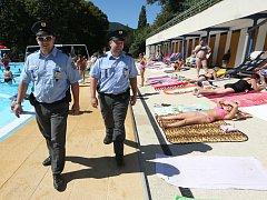 Preventivní policejní kontrola koupaliště v Brné.