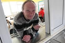 Padesátiletý bezdomovec Pavel Mrhal denně využívá prostory azylového domu Samaritán, který provozuje oblastní charita.