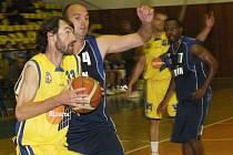 Ve sportovní hale v Klíši přivítali basketbalisté Ústí (ve žlutém) soupeře z Kolína.