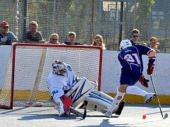 Hokejbalisté Elby (v modrých dresech) po nájezdech přetlačili 3:2 Letohrad.