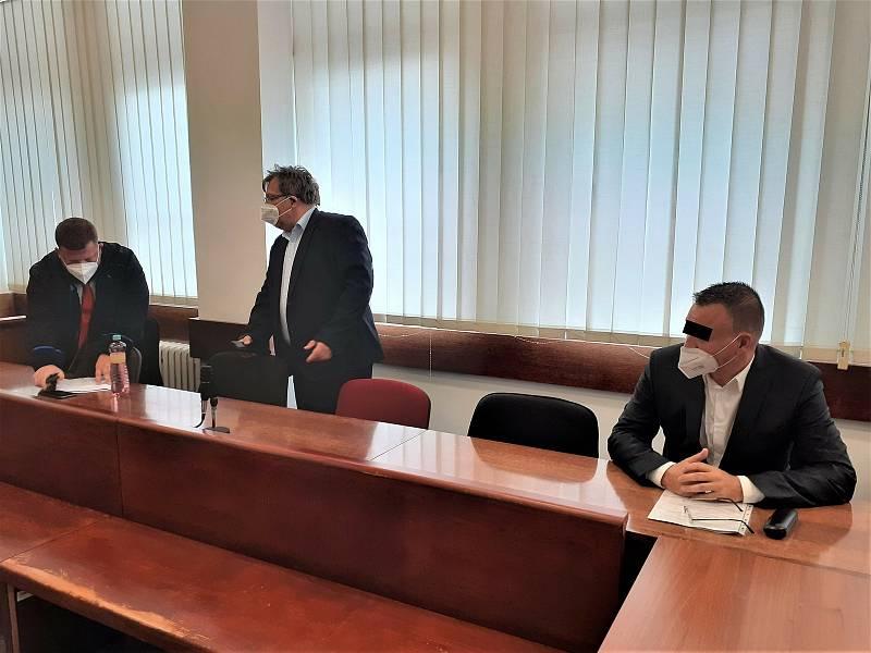 Zleva advokát Lukáš Bohuslav, Jiří Janeček a Libor M. v soudní síni.