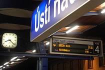Nádraží se proměňuje v moderní komplex. I se zpožděním spěšného vlaku na Děčín ve výši 190 minut (listopad 2006)