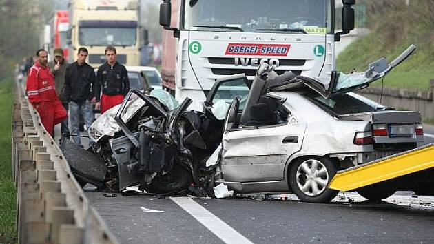 Tragická dopravní nehoda zablokovala na tři hodiny dopravu na frekventované silnici 1/30 mezi Lovosicemi a Ústím nad Labem.