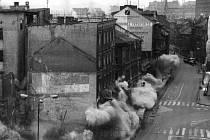 Ani jedna okenní tabulka na protějších domech nepraskla, prachu sice bylo hodně, ale to bylo kromě velkého zahřmění vše, co provázelo demolici ve středu města.