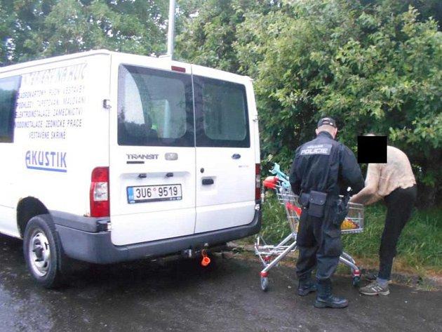 Strážníci bezdomovkyni poskytli deku a přivolali zdravotní pomoc.