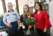 Policisté a primátorka Věra Nechybová poděkovali 13leté Elišce Holakovské z Ústí, která zahnala lupiče