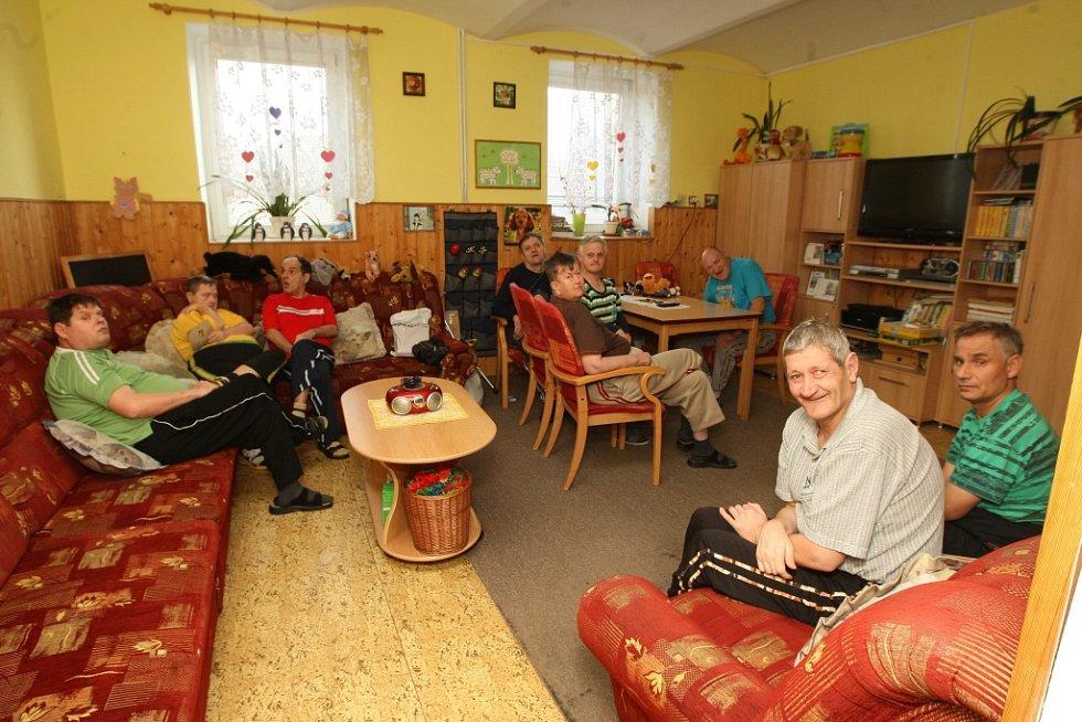 Mezi obyvateli Ústavu sociální péče Lobendava. Objekty pro ženy a pro muže dělí jen silnice.