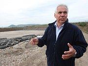 PÁCHNE? Reportér Deníku na skládce Celio zkouší, zda odpad z ostravských lagun smrdí. Cítí slabý kyselý zápach.