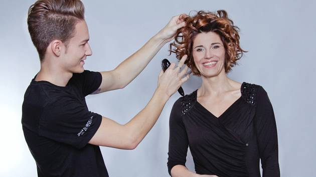 Tomáš Molek si s vlasy druhé modelky letošních Proměn poradil výtečně podpořil jejich vlnitost a objem.
