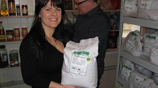 Lucie Tomášková ukazuje své poklady ve skladu potravin v restauraci Zahrada v Teplicích.