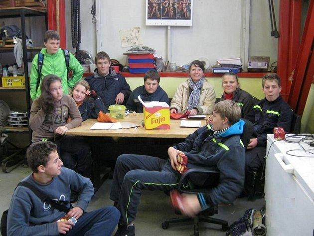 Mladí hasiči si s nepřízní počasí poradili a uspořádali svůj vlastní branný závod.