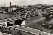 Benešův most krátce po dokončení.