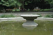 Zelená voda ve fontáně Městských sadů.