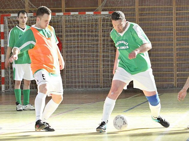 Na turnaji Hostovic v hale Setuzy se na první příčce umístili fotbalisté Velkého Chvojna.