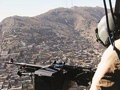 Let nad Kábulem, hlavním městem Afghánistánu pohledem palubního střelce vrtulníku během mise v roce 2014. Ukázka z výstavy v ústeckém muzeu. Foto: AČR/Jan Czvalinga