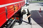 Policie kontrolovala kamiony na dálnici D8