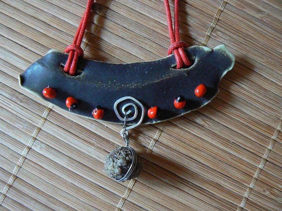 Originální šperky jsou z dílny ústecké grafičky a keramičky Aleny Šumové.
