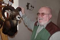 Předseda mysliveckého sdružení ústeckého okresu Emil Pekara ukzuje mufloní hlavu lovce z Rakouska.