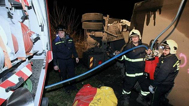 Nehoda dvou kamionů zablokovala dopravu u sjezdu D8 mezi Siřejovicemi a Lovosicemi.