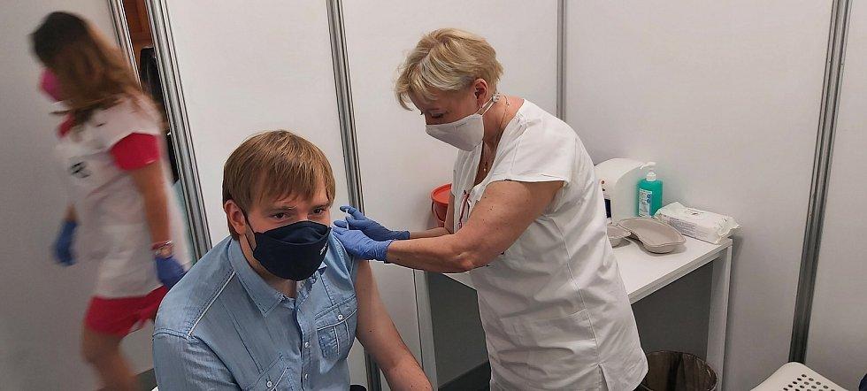 Ministr Vojtěch na první očkovací dávce v Ústí nad Labem.