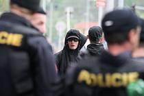 Před samotným zahájením pochodu pronáší Berčík proslov a vyzývá účastníky , aby zbytečně nevyprovokovávali žádné střety.