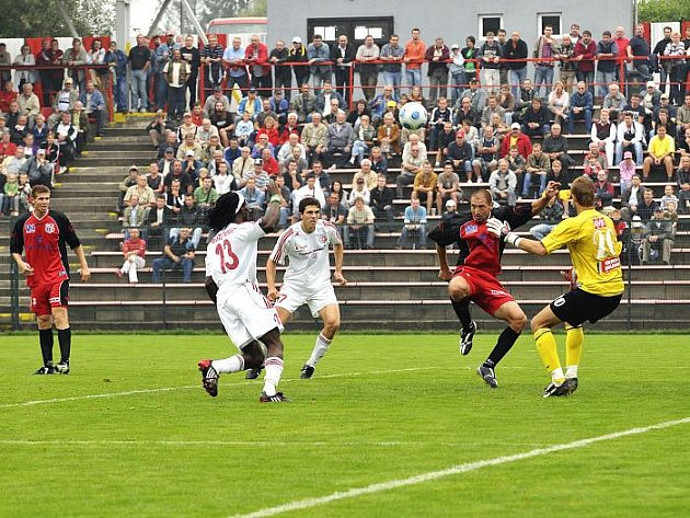 Ústecký Džuban odkopává míč do bezpečí před Szmekem a Onuchukwuem (13),Nigerijec ve službách Třince.