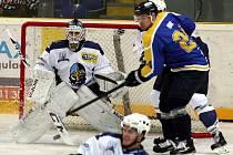 Ústečtí hokejisté (modro-žlutí) doma podlehli Kladnu 1:6.