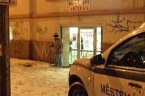 Dezorientovaný muž utekl z nemocnice a běhal po Ústí v pyžamu.
