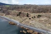 Břehové kotvící prvky v zátoce budoucího přístaviště na jezerř Milada jsou hotové.
