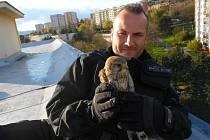 POŠTOLKA V NÁRUČÍ svého zachránce z Městské policie Ústí.