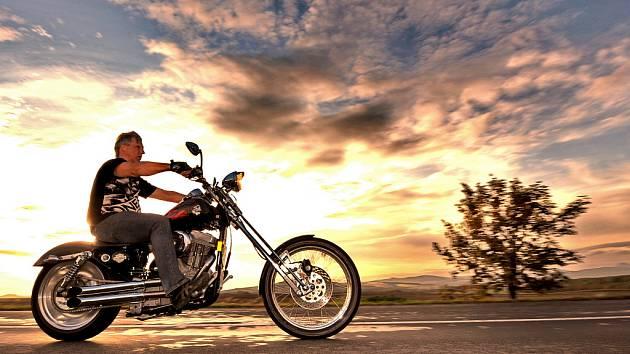 Jak vyfotografovat na Ústecku pravý americký kýč s motorkou? Ve finále docela rychle...