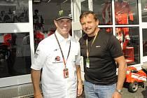 Peter Kontura s bývalým populárním americkým jezdcem a současným moderátorem a manažerem Randy Mamolou v brněnském depu při loňské GP.