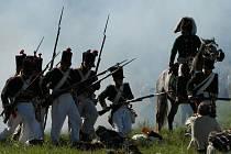 Poslední prázdninový víkend se na bojišti u Přestanova střetne 800 vojáků v dobových uniformách. Připomenou si 200 let od napoleonské Bitvy u Chlumce. Tento snímek je z rekonstrukce před pěti lety.