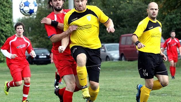 Fotbalisté Skorotic (červení) doma podlehli Petrovicím vysoko 3:7.