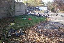 Radnice centrálního městského obvodu poslala pracovní čety odklidit skládky v ulici Sklářská.