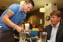Fotbalisté Army obsluhovali v kavárně Café In.