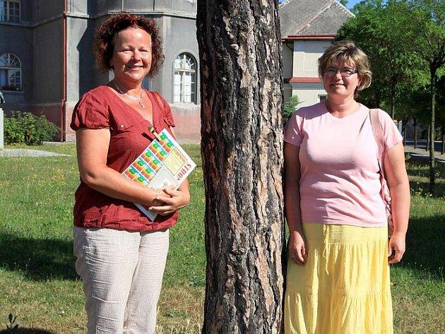 BOROVICE u duchcovské školy a navrhovatelky, které nominaci stromu do soutěže poslaly – Milena Hampejsová a Silvie Janovská.