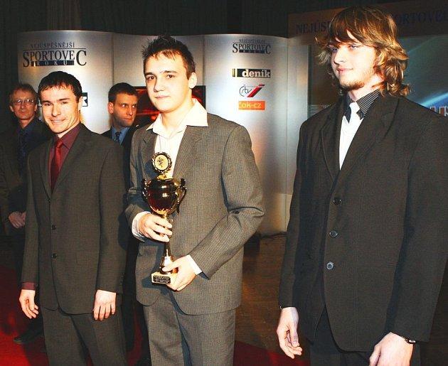 Hokejbaloví dorostenci ústecké Elby ovládli anketu Nejúspěšnější sportovec roku 2008 v kategorii kolektivů mládeže. Vlevo trenér Vlach, uprostřed kapitán Baxa, vpravo reprezentant Olyšar.